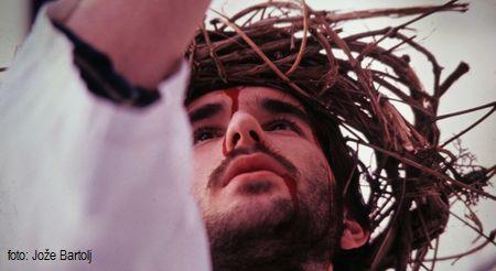 2. JEZUS VZAME KRIŽ NA SVOJE RAME