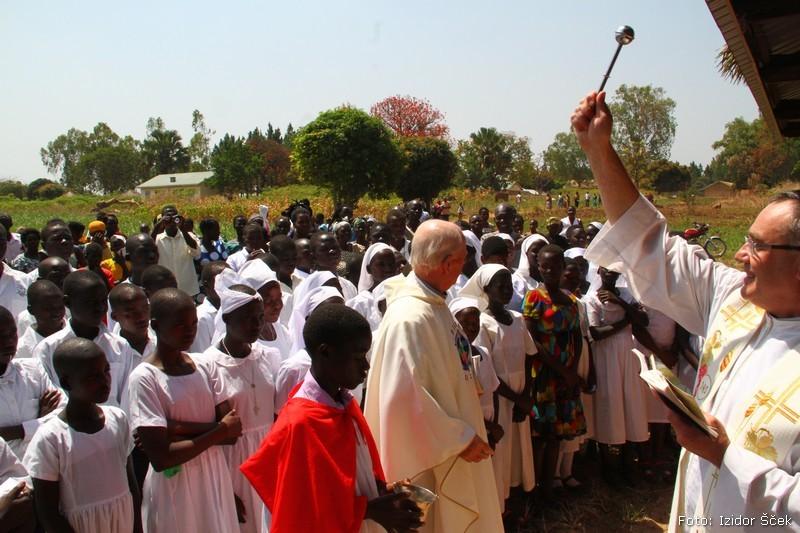 Misijonar je arhitekt in zidar le zato, da je tu lahko duhovnik!